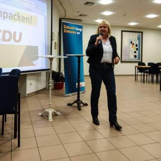 Katja Rathje-Hoffmann begrüßt die Anwesenden