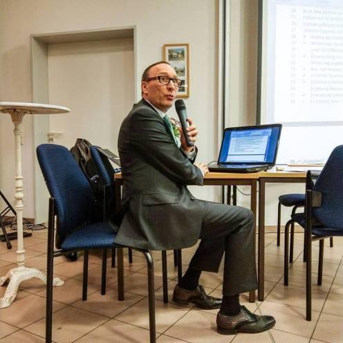 Peter Holle moderiert die Diskussion