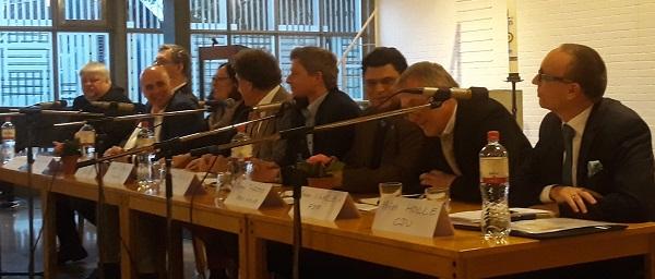 Spitzenkandidaten auf dem Podium beim Stadtgespräch